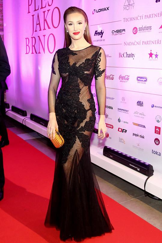 Táňa model doplnila šperky Dior.