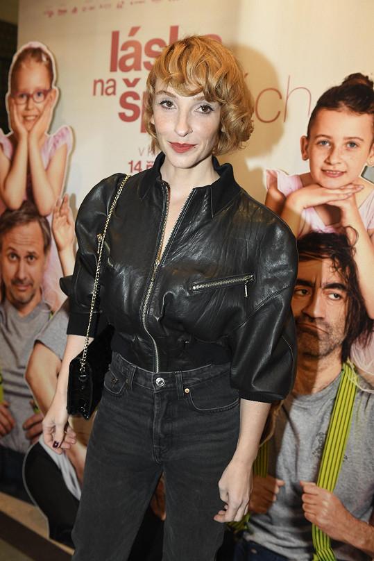 Sexy herečka oblékla džíny a do nich si zastrčila koženou bundu.