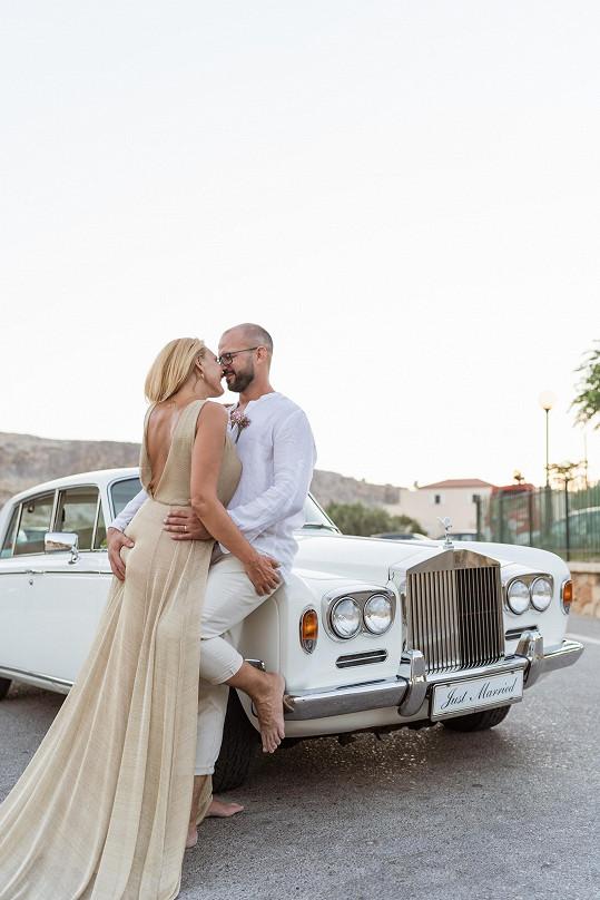 Po svatbě se u ní se ženichem Ondřejem ještě vyfotili, pak přijela odtahovka.