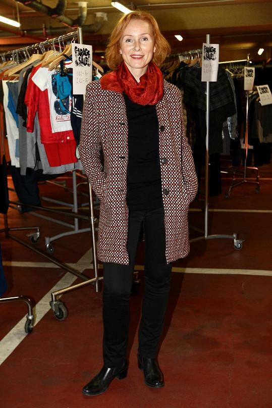 Petra Špindlerová dobře ví, že zrzkám červená sluší, proto volba šátku i červenou nitkou protkávaného kabátku byla správná. Vzhledem k volbě černého podkladu chybí outfitu bohužel šťáva. Pokud by například Petra vyměnila černá perka za barevnější obuv, působila by hned veseleji.