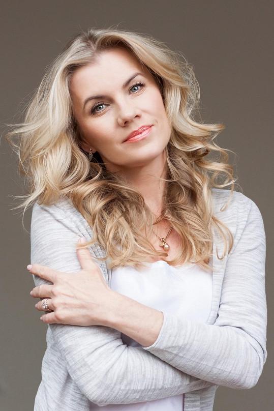 Leona Machálková je s rodiči ve spojení telefonicky.