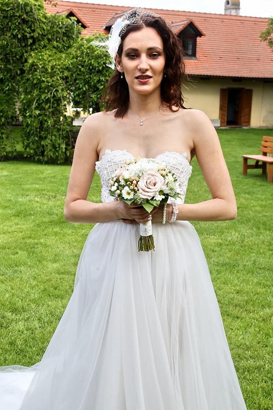 Bára Jánová a její seriálové svatební šaty