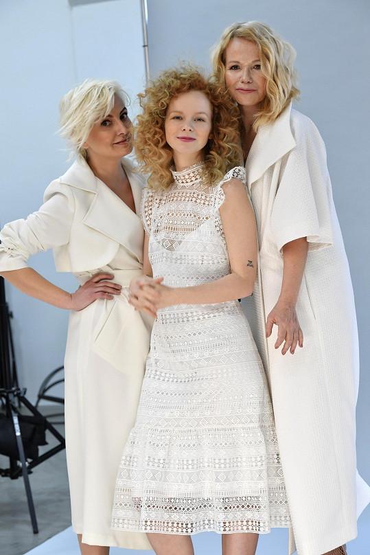 Do bílé se návrhářce povedlo obléknout nejen Jitku a Annu, ale i Báru Nesvadbovou.