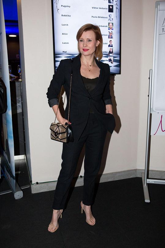 Herečka Jitka Schneiderová v černém kostýmu
