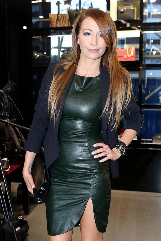 Agáta Prachařová se narvala do kožených šatů.