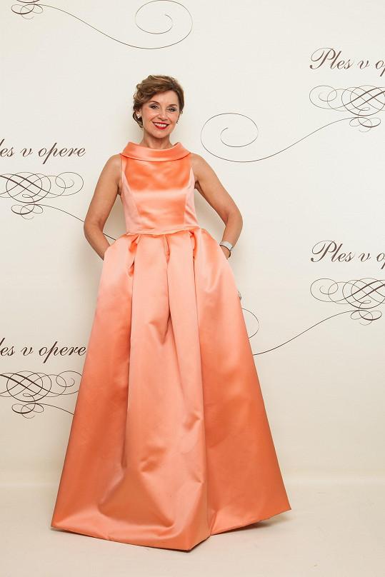 Moderátorka Alena Heribanová v meruňkových šatech dokázala, že ani zralé ženy se nemusejí bát barev.