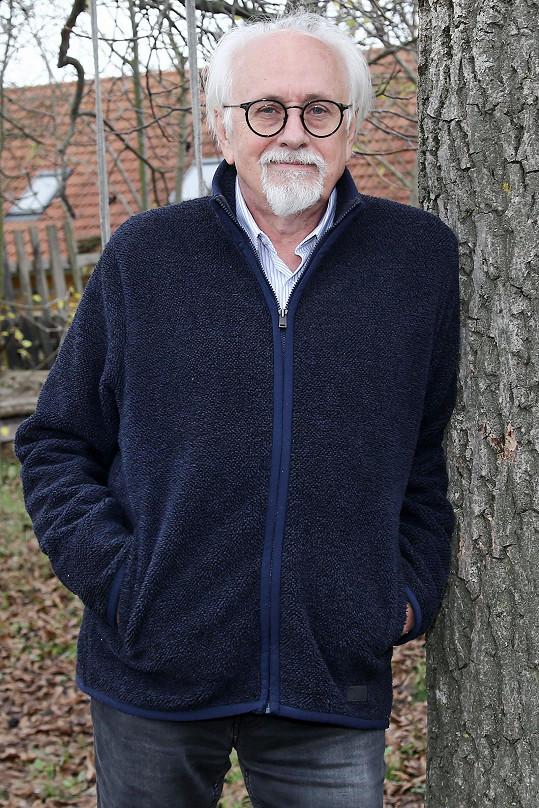 Václav Knop teď tráví hodně času na chalupě, kde mimo jiné sbírá na zahradě ořechy.