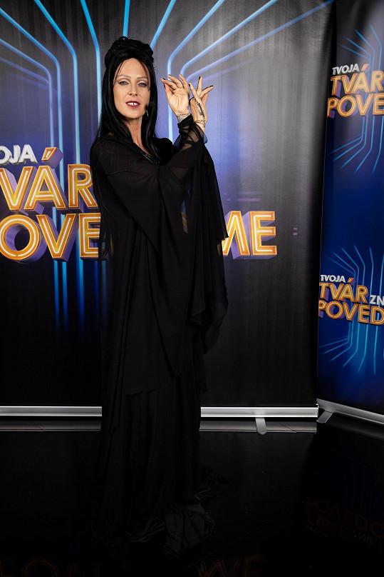 To není Morticia Addams, ale Madonna v klipu Frozen.