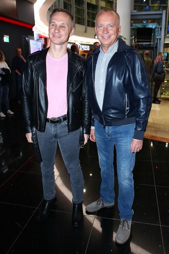 Vladimír a Karel zvolili i podobný outfit.