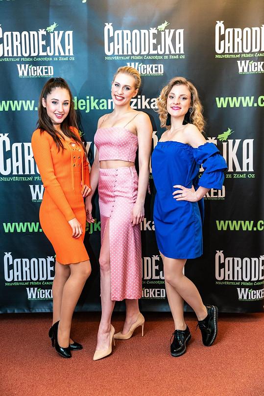 Tohle jsou tři bílé čarodějky Glindy. Sára Milfajtová (uprostřed) je z trojice nejvyšší.