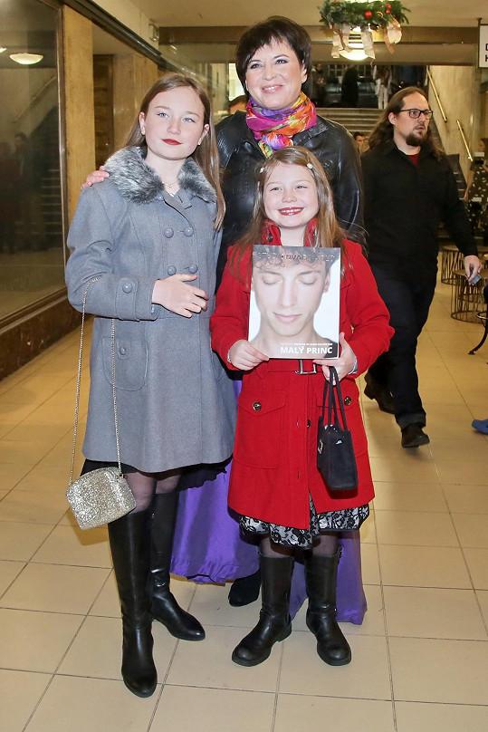 Bára Kodetová s dcerami Violetou (vlevo) a Sophií