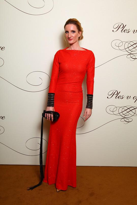 Přestože je blondýna, tak Adéla Banášová odvážně oblékla šaty v červené, respektive korálové barvě. Ty zaujaly jednak volbou tuhého materiálu s třpytkami a také díky černým zdobným lemům, které ladily s kabelkou s vtipným dlouhým ocáskem.