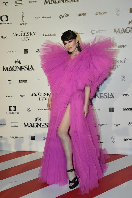 Slovenská návrhářka Vanda Janda nešla přehlédnout.
