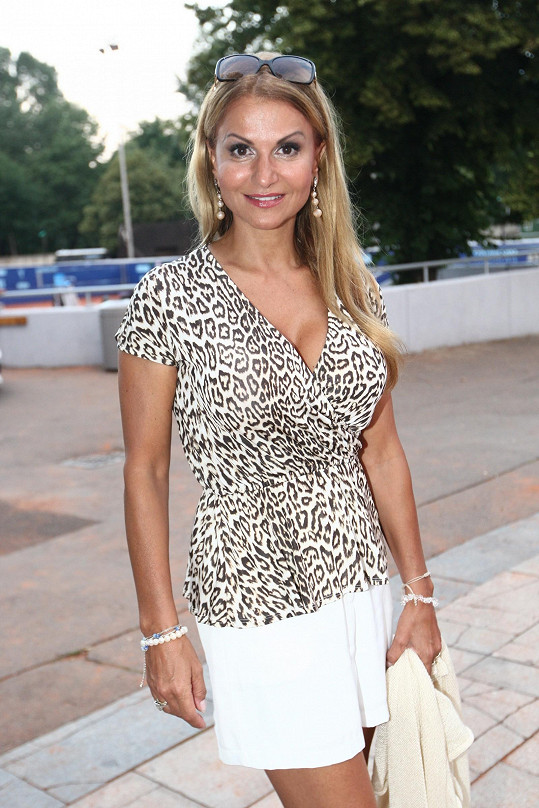 Yvetta Blanarovičová na zahradní párty.