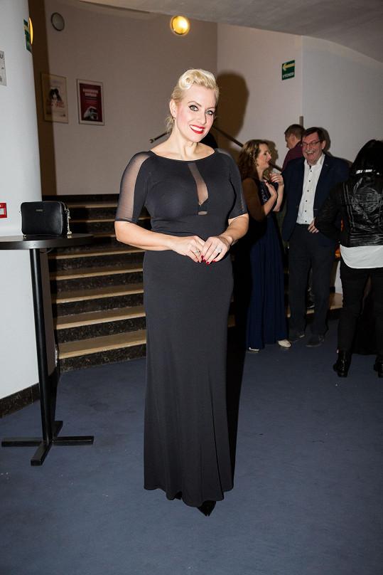 Na premiéru muzikálu oblékla černé šaty.