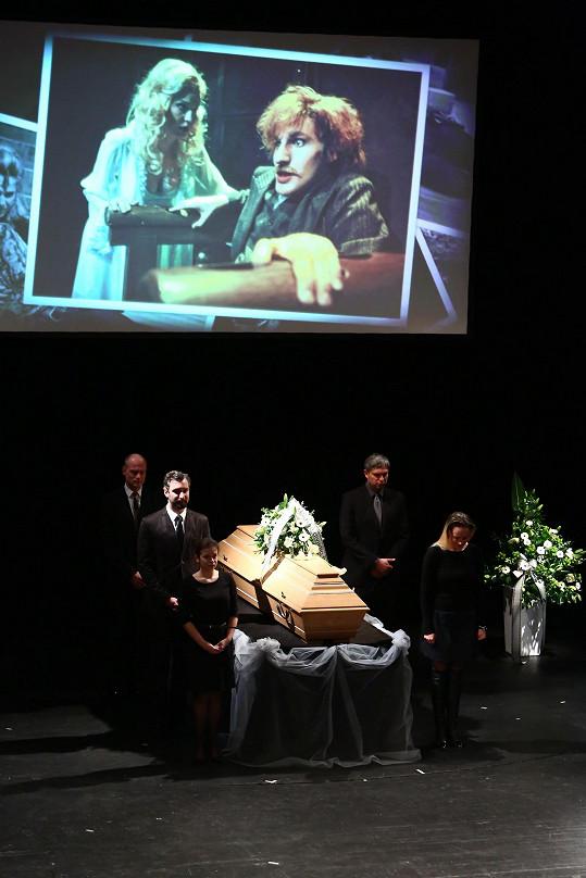 Během obřadu se promítají fotografie z Jakubova hereckého života