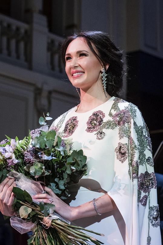 Tatarskou pěvkyni zdobily šperky Boucheron miliónové hodnoty.
