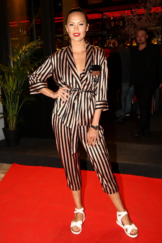 Kostým ve stylu pyžama Fashion Church sladila Monika s bílými sandály. Spíše mohla sáhnout po černém obutí.