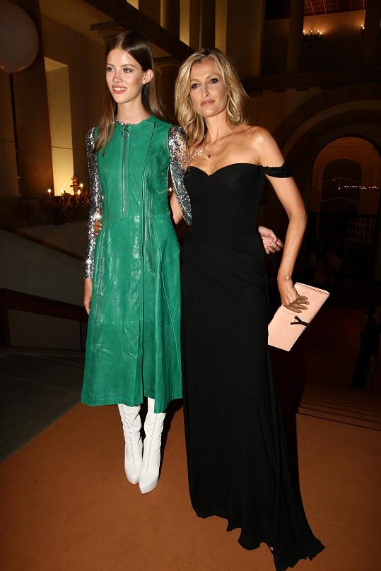 Tereza s modelkou Barborou Podzimkovou, která loni zvítězila v českém finále a poté i na světovém klání v Číně.