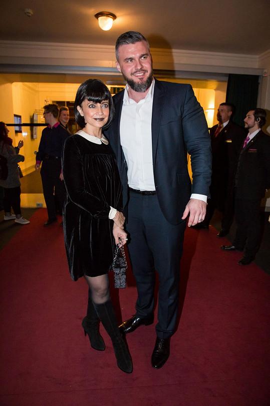 Lucie Bílá po představení už v civilu s přítelem Radkem Filipim. Černé šaty ozvláštnila aspoň bílým límečkem.
