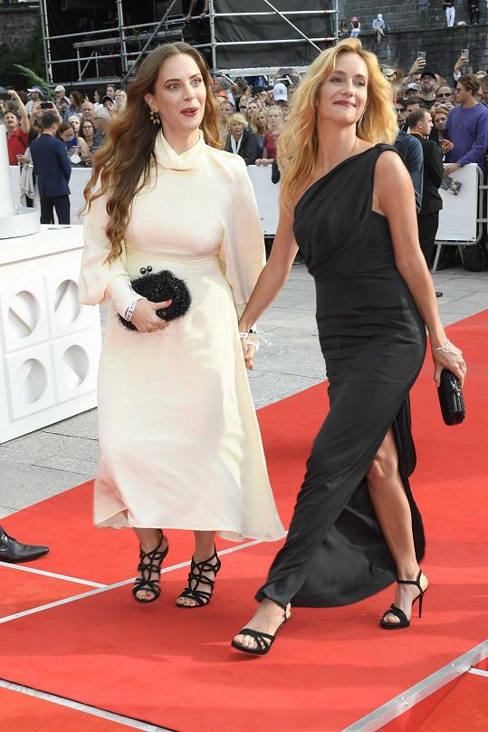 Do Varů přijela s kamarádkou herečkou Petrou Nesvačilovou.