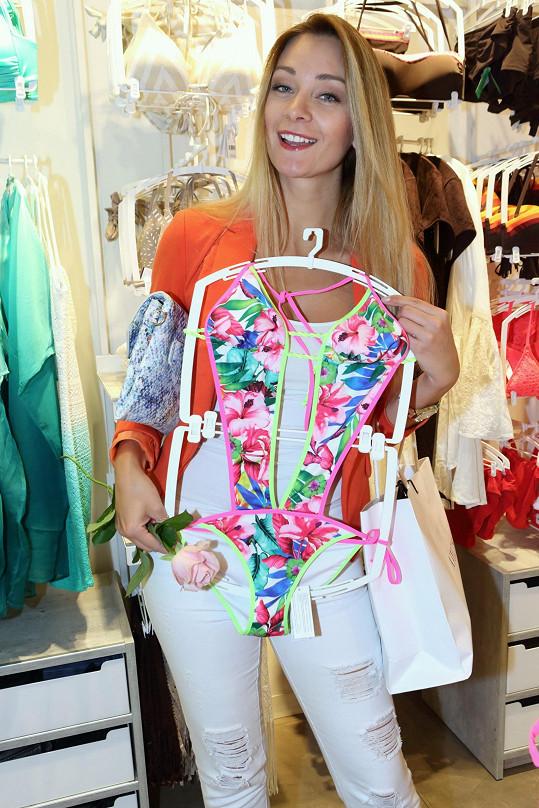 Přípravy na dovolenou už probíhají, proto herečka vyrazila před návštěvou kina na nákup plavek.