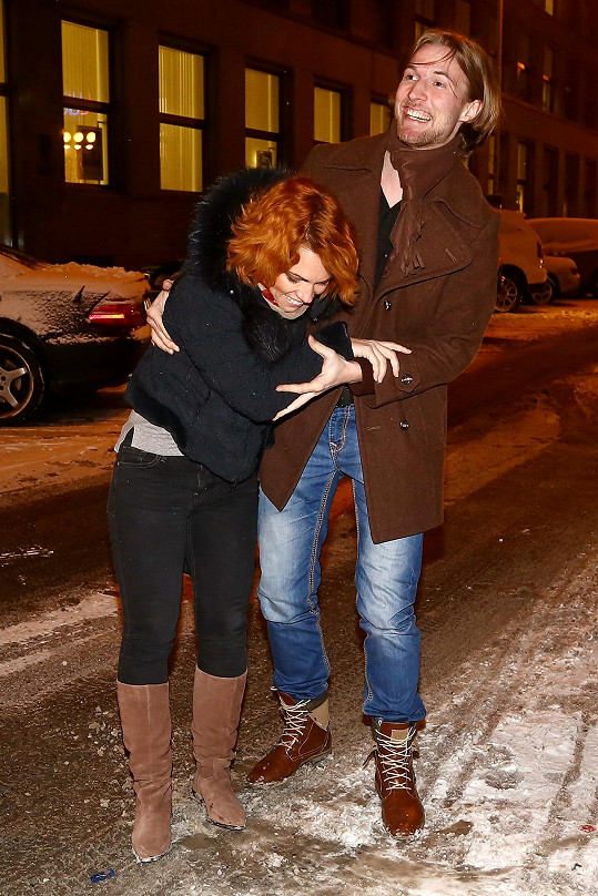 Klouzal se i zpěvaččin přítel, muzikálový zpěvák Ondřej Bábor.