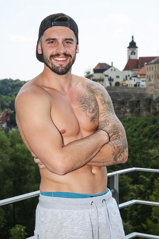 Josef má parádní figuru, úsměv i tetování.