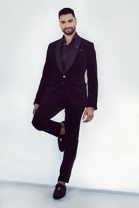 Regé-Jean Page, nominovaný za hlavní mužský herecký výkon v seriálu Bridgertonovi, měl na sobě smoking, košili a mokasíny Louis Vuitton. Absence kravaty a volba obutí navozuje dojem domácího pohodlí.