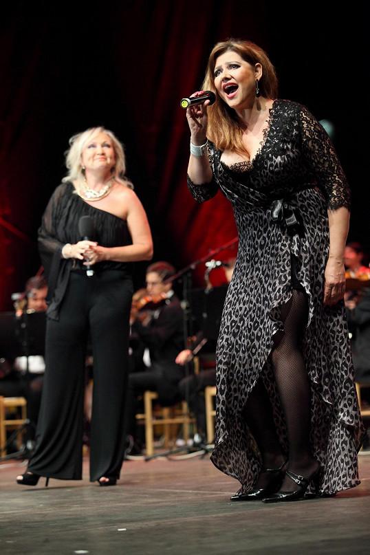 Na pódiu s kolegyní Bárou Basikovou.