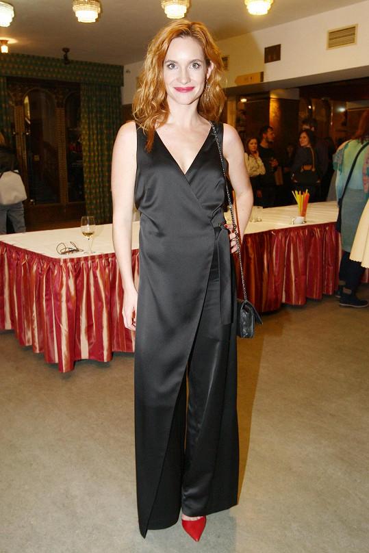 Herečka Hana Vagnerová naprosto přesně vystihla, co si takto slavnostní příležitost zaslouží, když oblékla nápaditě řešenou kombinézu. Černou herečka oživila rudým akcentem lodiček ladicích se rtěnkou.