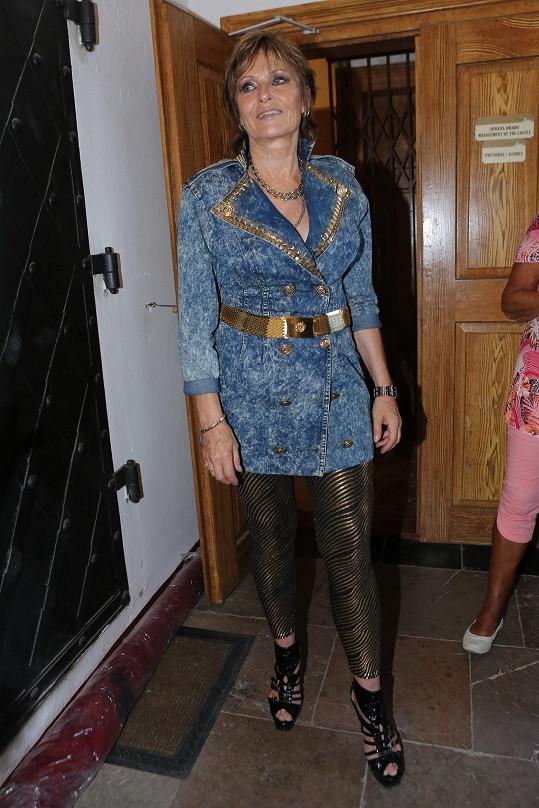 Outfit jako z fundusu retro muzikálu Mamma Mia!.