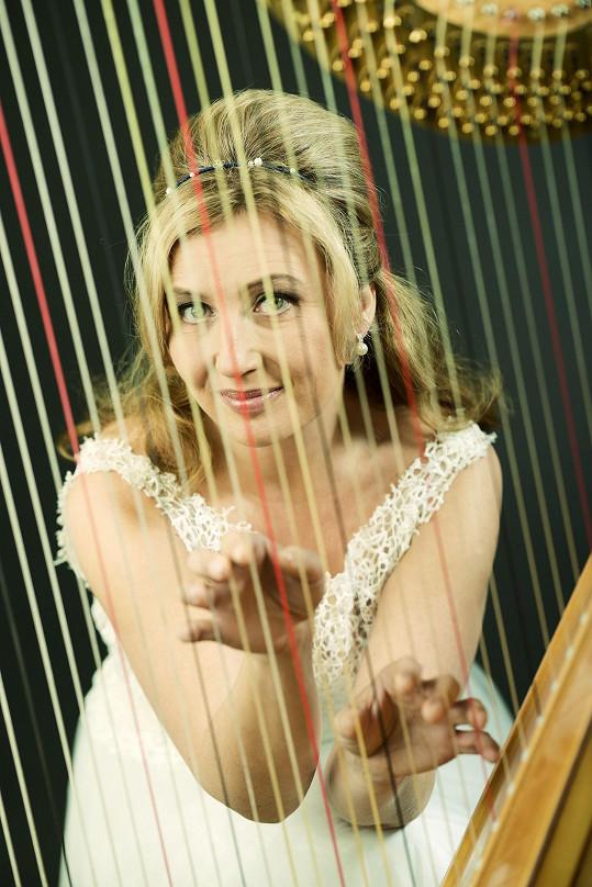 Jana Boušková bývá označována talentem století a nejlepší hráčkou na harfu.