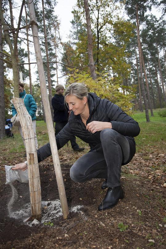Bára sbírala tipy na výsadbu stromů. Chystá se založit ovocnou alej.