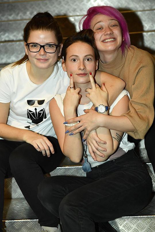 Poslední vítězka SuperStar s kolegyněmi z divadla Annou Fialovou (uprostřed) a Berenikou Suchánkovou