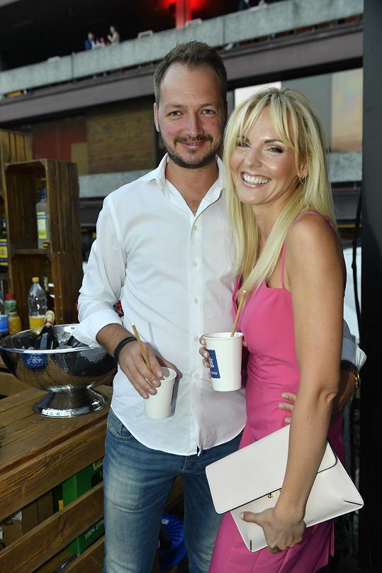 Nebo zpěvačka Petra Peterová s manželem