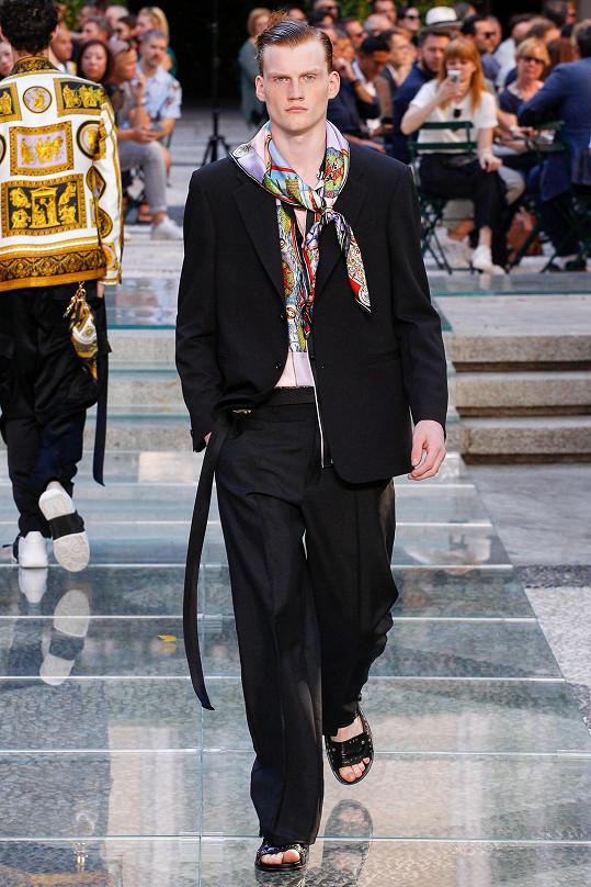 Předváděl poslední pánskou kolekci Versace.