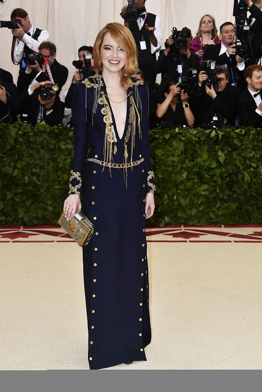 Emma Stone se sice mohla v modelu Louis Vuitton více odvázat, aspoň ale ukázala, jak si zlatá rozumí se zrzavým přelivem.