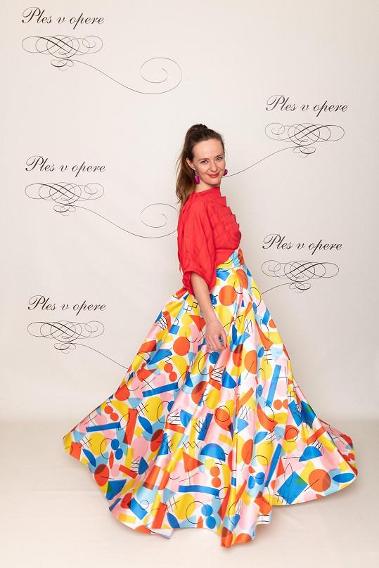 Módní návrhářka Lenka Sršňová oblékla šaty z vlastní tvorby. Architektonicky řešený top vypadá zajímavě, sukně s retro potiskem připomínajícím závěs na chalupě ale nekonvenuje takto důstojné akci. Stejně tak umělkyně od nás dostává minusové body za odfláknutý styling a líčení.