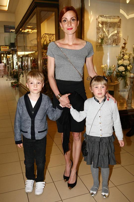 Michaela Maurerová pózuje s dvojčaty Pepíčkem a Madlenkou.