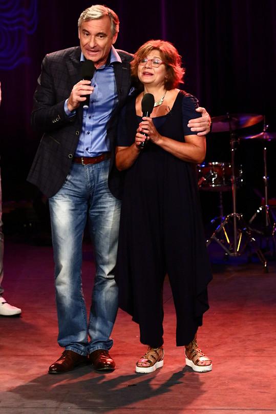 Ivana Andrlová a Jan Čenský zpívají slavný hit Dělání, dělání.