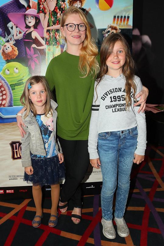 Monika Zoubková s dcerami Emmou Luisou (vpravo) a Stellou-Marií na premiéře animáku