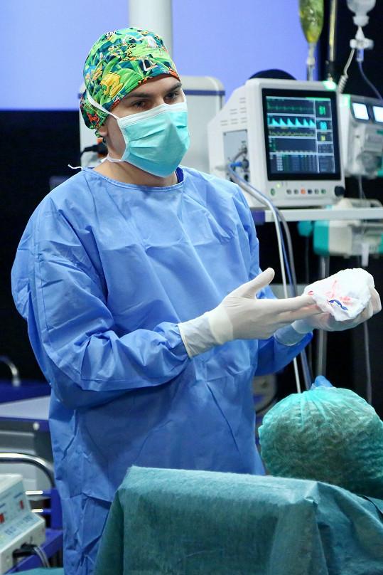V televizi ho můžete vidět v seriálu Modrý kód, kde hraje doktora.