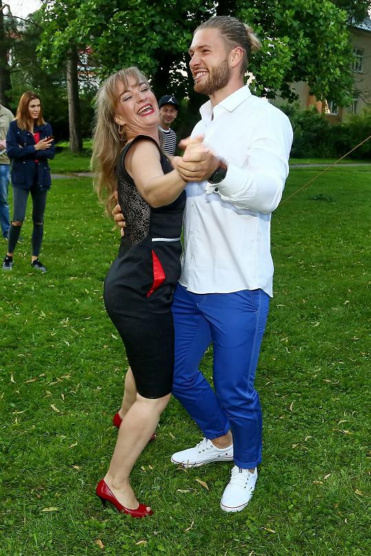 A finalista číslo 6, lékař Jakub, ji vyzval k tanci.