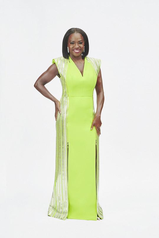 Viola Davis, nominovaná za hlavní herecký výkon ve filmu Ma Rainey – matka blues, v hedvábném modelu se zlatými a stříbrnými aplikacemi Louis Vuitton.