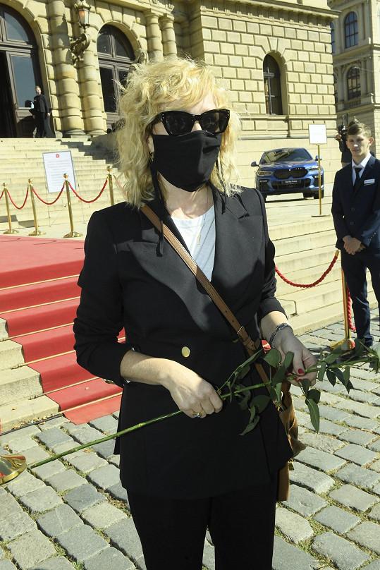 S květinou dorazila i Aňa Geislerová.