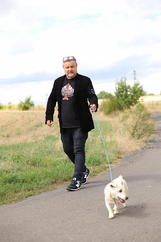"""Miloš Pokorný byl letos poprvé v psím útulku. """"Vždycky jsem se obával toho, že by člověk vyměkl a přivezl si psa domů,"""" svěřil moderátor rádia Expres FM."""