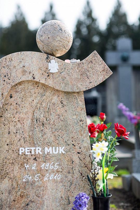 Na náhrobek, který zdobí malý andělíček, nosí někteří lidé místo kytek kamínky