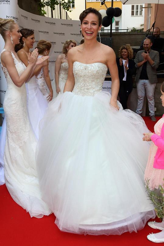 Předváděla svatební šaty.