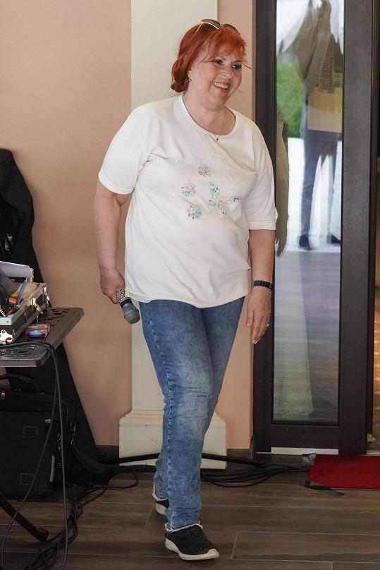Marcela Holanová má po operaci kyčle problémy s chůzí.